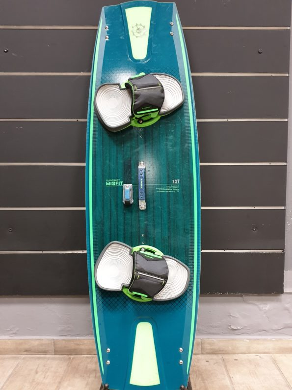 SLINSHOT MISFIT 137 2020 USED BOARD WITH 2020 DUALLY STRAPS